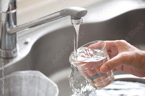 Платно 水道水