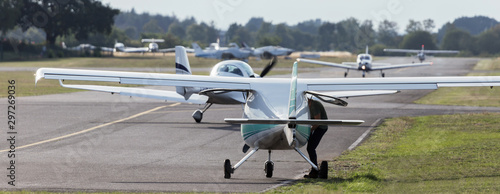 Photo small sports airplane airfield