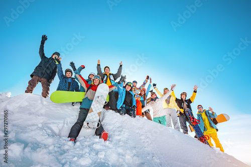 Fotomural Big group of skiers and snowboarders at ski resort