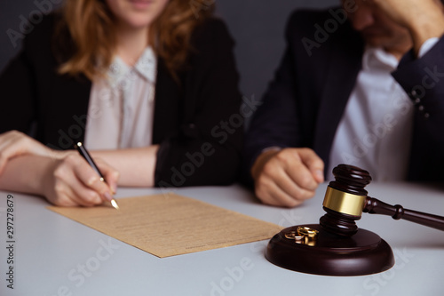 Couple going through divorce signing papers Fototapet