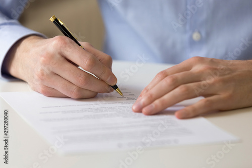 Photo Successful male entrepreneur signing contract agreement, bank loan form