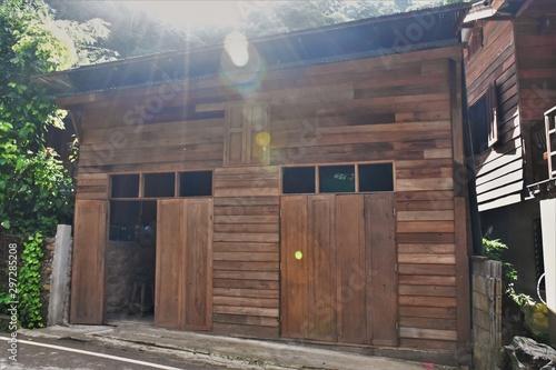 Autocollant pour porte Les vieux bâtiments abandonnés old wooden house