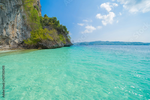Montage in der Fensternische Reef grun Phi Phi, Maya beach with blue turquoise seawater, Phuket island in summer season during travel holidays vacation trip. Andaman ocean, Thailand. Tourist attraction with blue cloud sky.