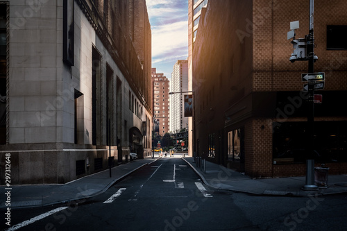 Fotografía corner street in the city manhattan new york city summer afternoon street photog