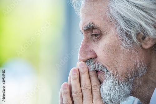 Fotografía  gray-haired elderly man