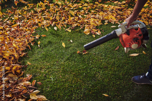Photo A man working with a leaf blower