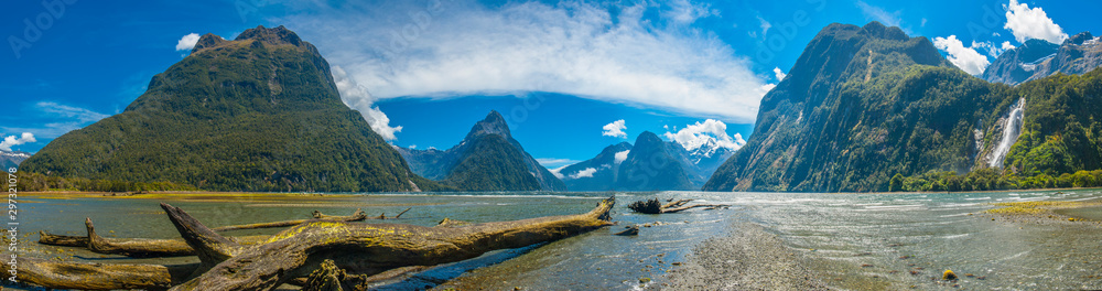 Milford Sound in New Zealand <span>plik: #297321078 | autor: Fyle</span>