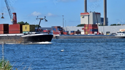 Fényképezés cargo ship in the port ijmuiden netherlands