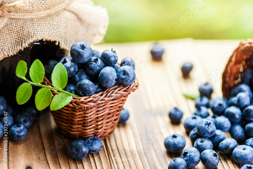 Fotomural  Ripe blueberry in basket on old table