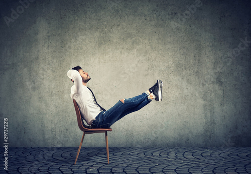 Fotografía  Happy casual business man sitting on chair with feet up relaxing