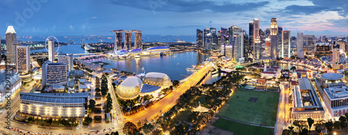 Fotografía  Aerial view of Singapore business district and city at twilight in Singapore, As