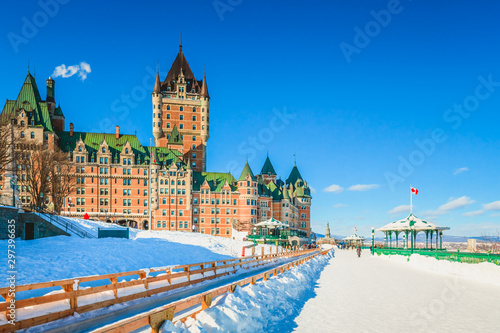 Foto auf Gartenposter Blau Jeans Terrasse Dufferin Slide on Dufferin Terrace with Chateau Frontenac Against Bright Blue Sky and Snow in Winter
