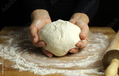 Obraz na plátně Preparare la tradizionale pasta fatta in casa