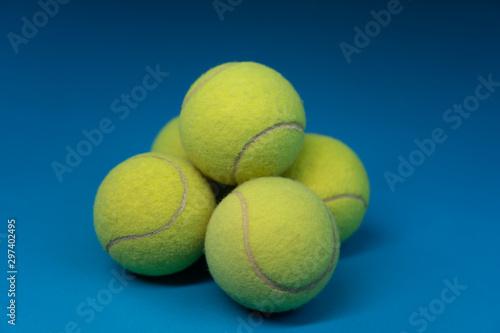 Photo Estructura piramidal formada con bolas de tenis, fotografía de estudio y deporte