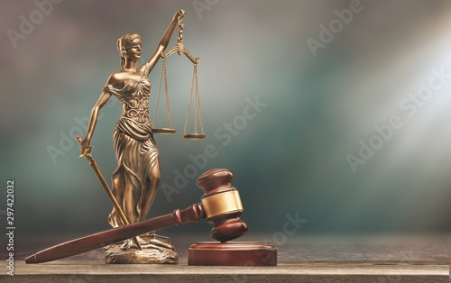 Fotomural Justice Scales and books and wooden gavel on table