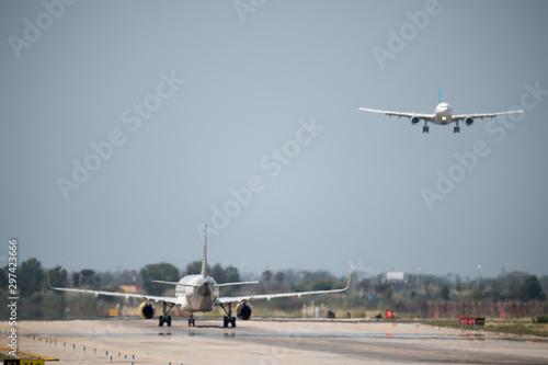 Aviones despegando y aterrizando Wallpaper Mural