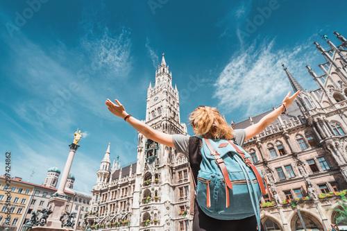 Naklejka premium Turystyczna dziewczyna cieszy się wspaniałym widokiem na gotycki budynek Starego Ratusza w Monachium. Zwiedzanie i eksploracja koncepcji Niemiec