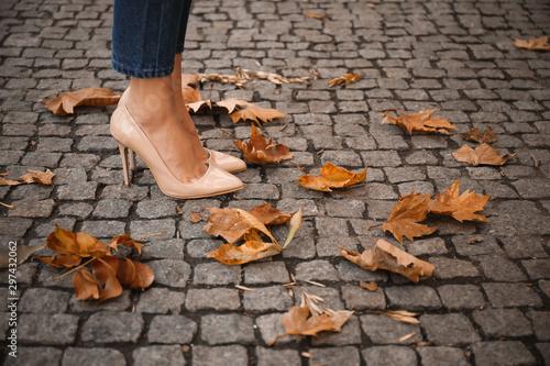 Fotografía  Beautiful young woman in autumn city