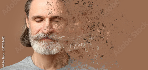 Fotografía  Crumbling mature man on color background. Process of aging