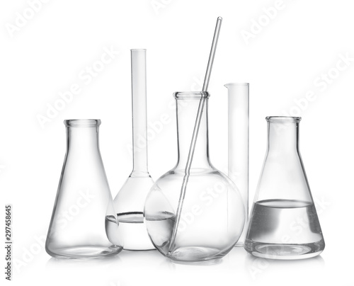 Fotomural  Laboratory glassware with liquid samples on white background