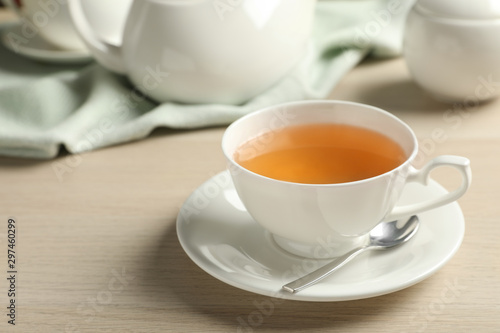 Foto auf Leinwand Tee Cup of hot green tea on wooden table