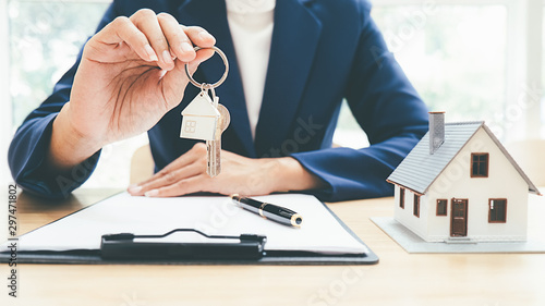 Fotografía House model with real estate agent and customer discussing for contract to buy house, insurance or loan real estate background