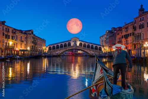 Spoed Fotobehang Bruggen Gondola near Rialto Bridge with moonrise - Venice, Italy
