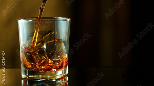 Photo Pouring whiskey into glass