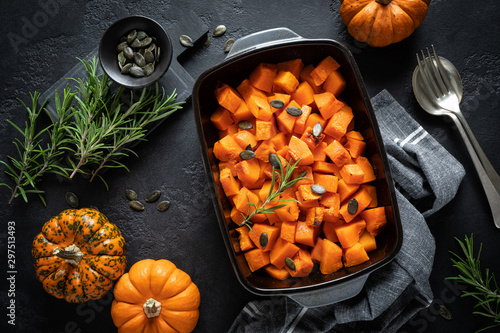 Pinturas sobre lienzo  Oven baked pumpkin slices with rosemary and seeds, healthy vegetarian food, top