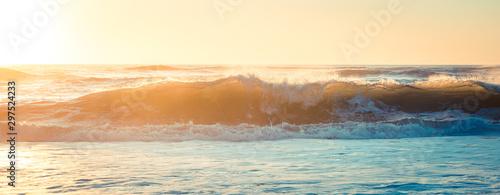 Photo vague surf sur la cote sauvage au coucher de soleil