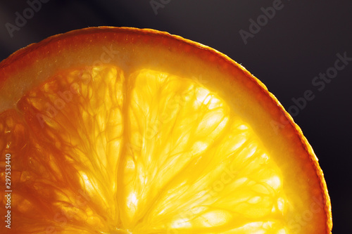 Fotomural  orange slice macro with a drop of water background