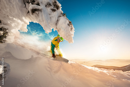 Fotomural  Fast snowboarder in beautiful landscape ski concept