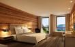 Leinwanddruck Bild - Hotelzimmer mit Holzwand