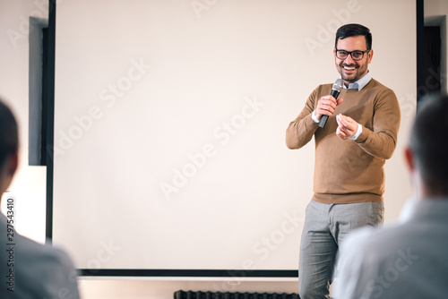 Photo Business man giving presentation in a conference setting, copy space