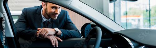 Photo panoramic shot of happy bearded man looking at modern car