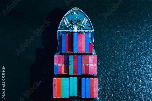 Montage in der Fensternische Shanghai shipping cargo container transportation business services international aerial view