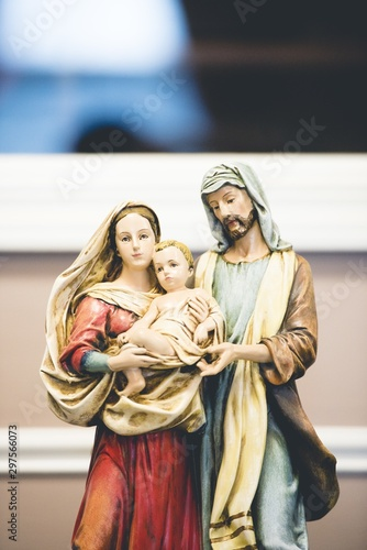 Photo Vertical shot of Mother Mary figurine with a blurred background