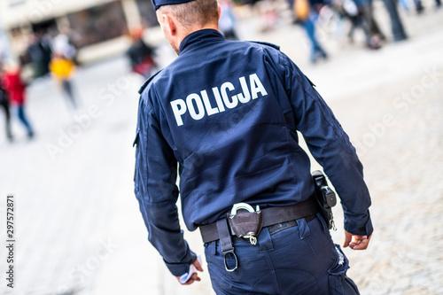 Foto Wroclaw, Poland-ocobert/19/2019 The policeman on the street on duty