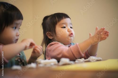 Photo 粘土で遊ぶ双子