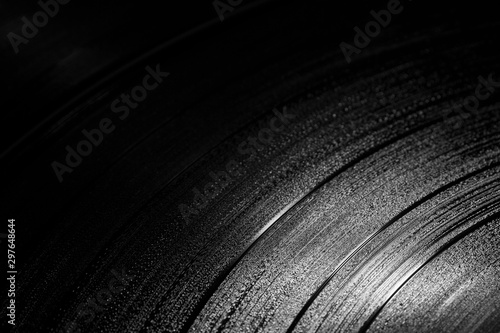 Pinturas sobre lienzo  vinyl records in a dark surroundings