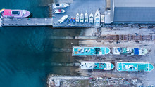 貨物船が停泊する港
