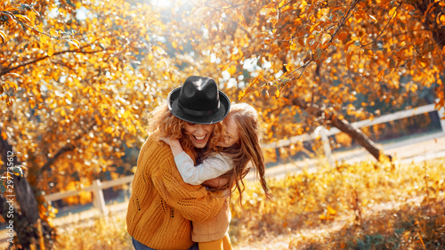 Fotografía  Young adult mother and daughter looking at carved pumpkin with smoke
