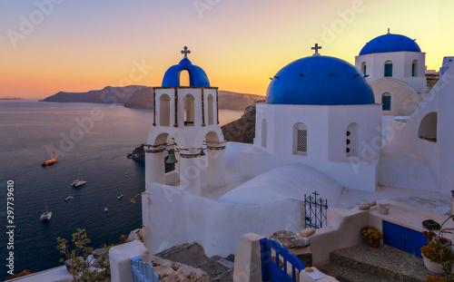 Fototapeta Kirche in Santorini beim Sonnenuntergang obraz