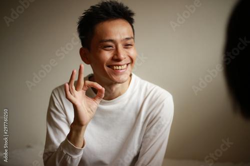 手話を話す男性「OK」 Tablou Canvas
