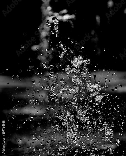 drops of water with splashes on a black background Fototapet