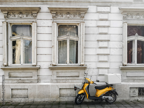 Montage in der Fensternische Scooter Yellow Scooter Parked near White Windows