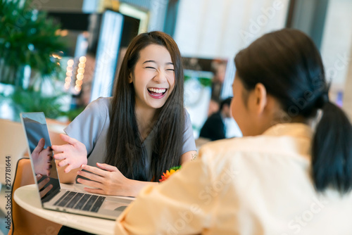 Fotomural  beautiful attractive business female present new project with smile and joyful t