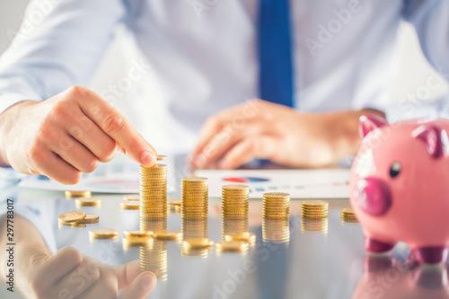 Carta da parati Banker accountant or insurer builds financial chart from gold coins