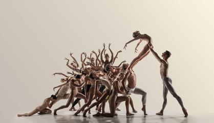 Podrška. Skupina modernih baletana. Suvremena umjetnost. Mladi fleksibilni atletski muškarci i žene u tajicama. Negativni prostor. Koncept plesne milosti, inspiracije, kreativnosti. Napravljeno od snimaka 11 modela.