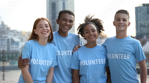 Photo Happy young people volunteer t-shirts posing camera, social teamwork, help